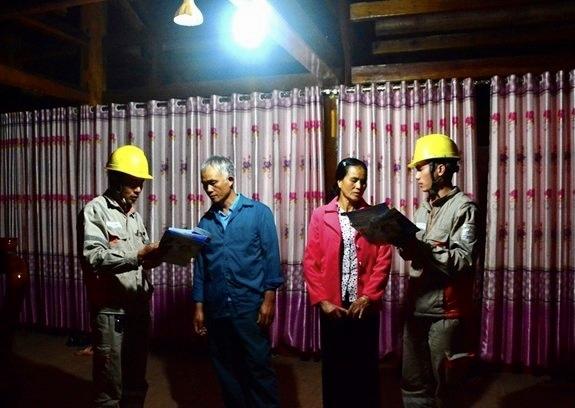 Cán bộ ngành điện lực hướng dẫn người dân sử dụng thiết bị điện an toàn.