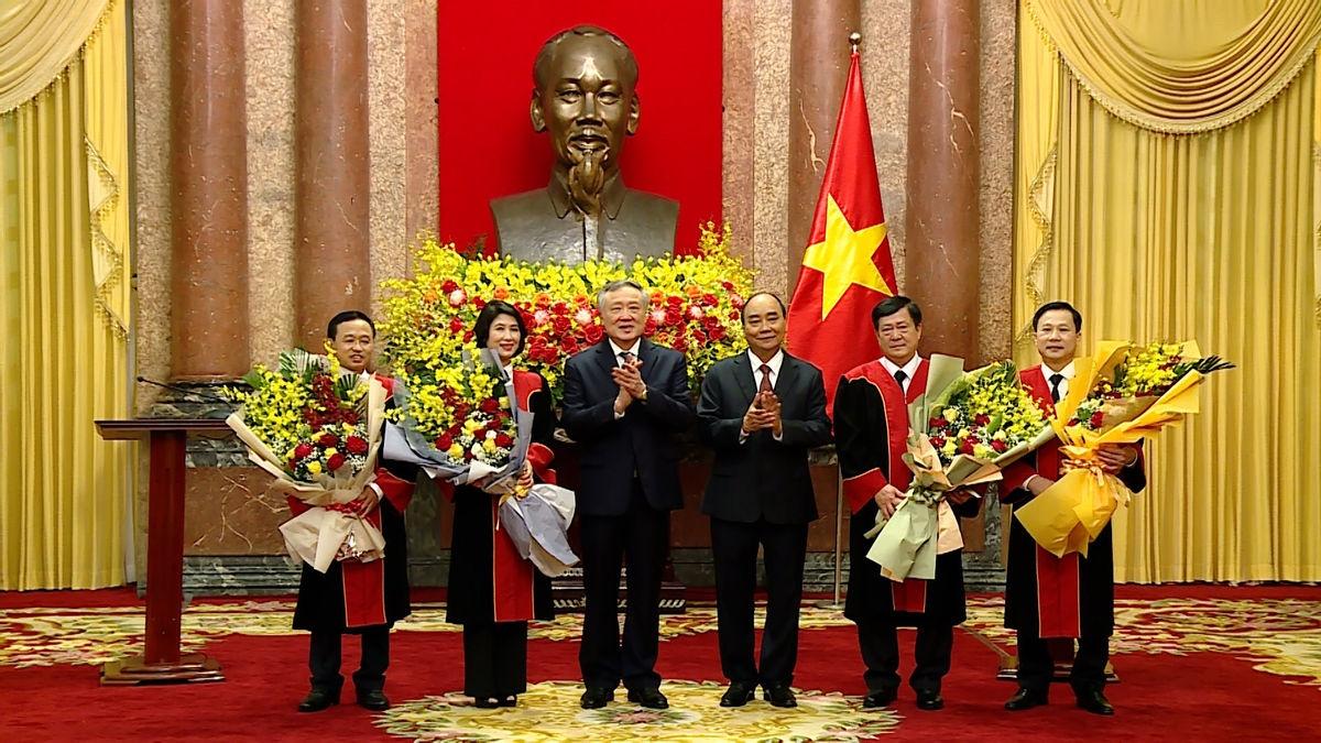 Chủ tịch nước Nguyễn Xuân Phúc và Chánh án TAND Tối cao Nguyễn Hòa Bình chụp ảnh lưu niệm với các Thẩm phán TAND Tối cao.