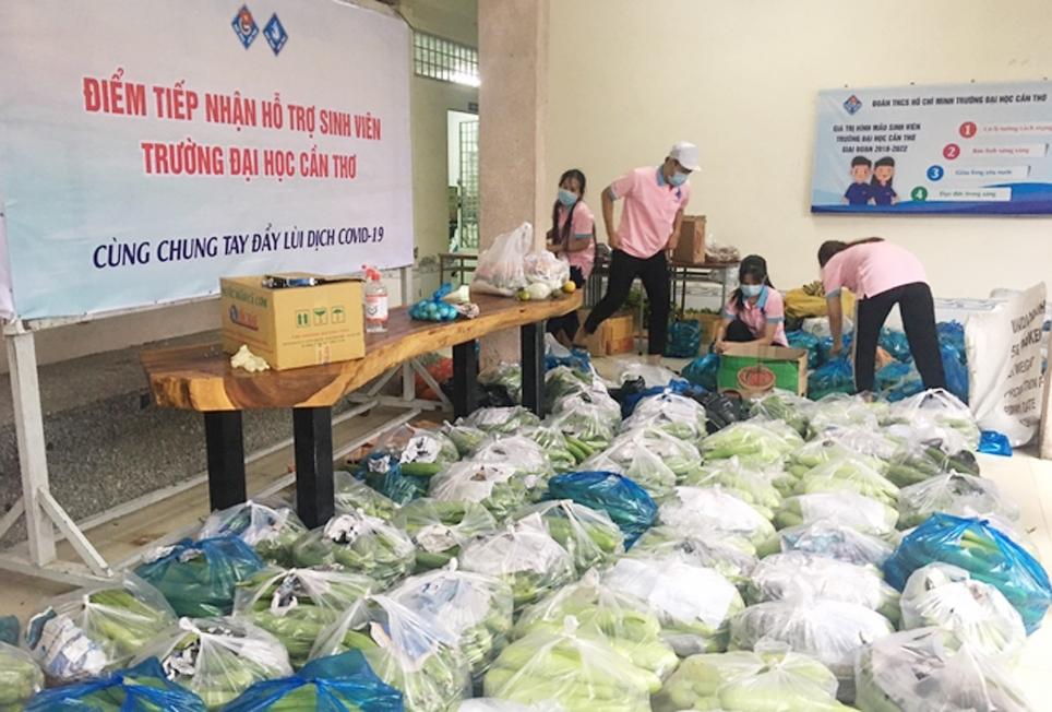 Sau khi phong tỏa, nhiều tập thể, cá nhân chung tay hỗ trợ thực phẩm cho các em sinh viên bị mắc kẹt tại Đại học Cần Thơ