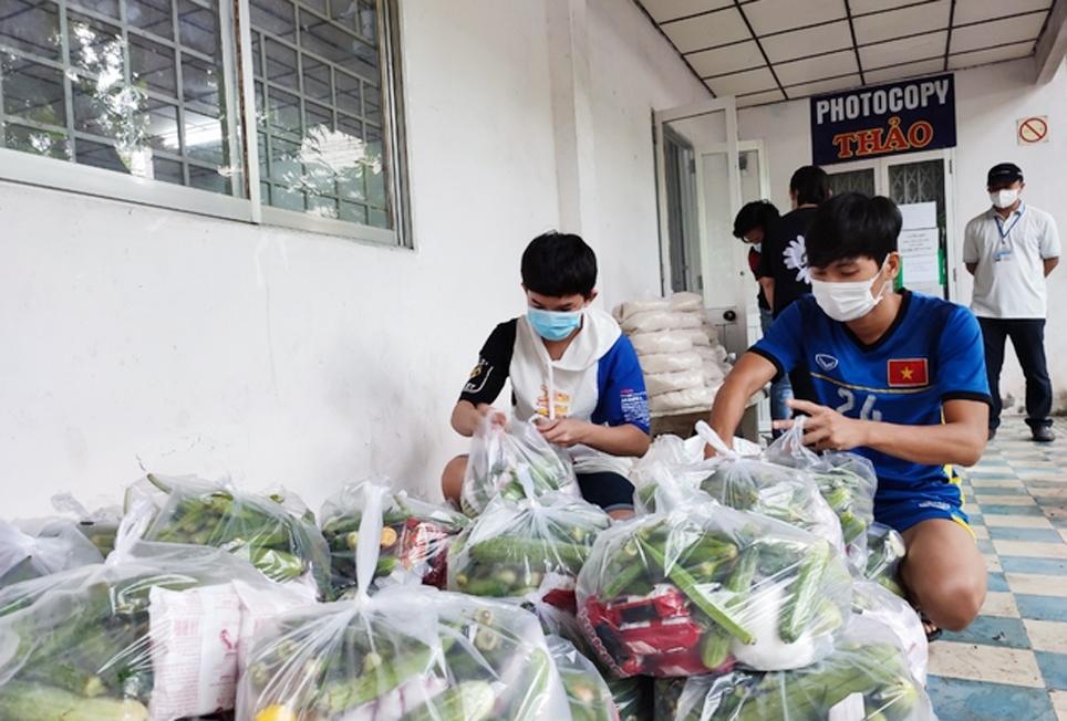 Đoàn thanh niên đóng góp lương thực, thực phẩm gửi đến các bạn sinh viên khó khăn