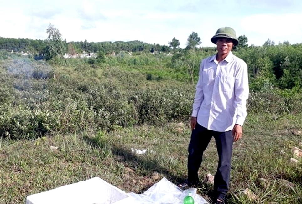 Anh Phan Thanh Nhàn bên đồi sim của gia đình