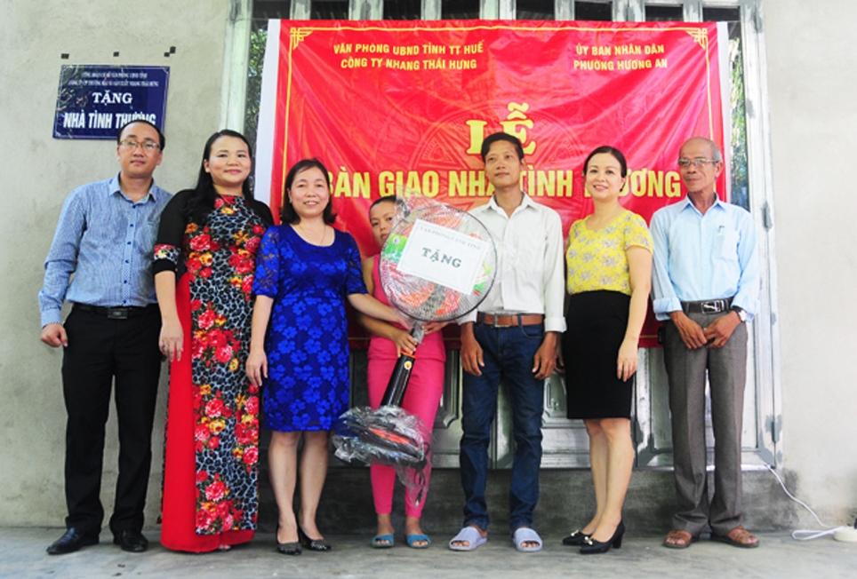 Đại diện lãnh đạo tỉnh Thừa Thiên Huế và nhà tài trợ bàn giao công trình nhà tình thương cho hộ hộ nghèo, có hoàn cảnh đặc biệt khó khăn ở Hương Trà. (Ảnh chụp trước ngày 27/4/2021)