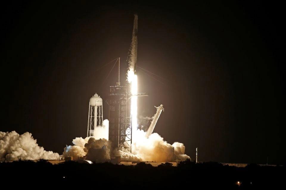 Tàu vũ trụ Crew Dragon được phóng trên tên lửa Falcon 9. Ảnh: Reuters.