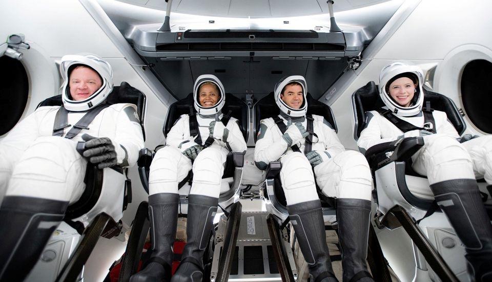Phi hành đoàn dân sự gồm 4 thành viên được SpaceX phóng lên quỹ đạo Trái đất. Ảnh: Reuters.