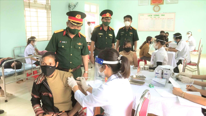 Lãnh đạo Bộ Tư lệnh Binh đoàn 15 kiểm tra công tác tiêm phòng dịch ở Công ty 715