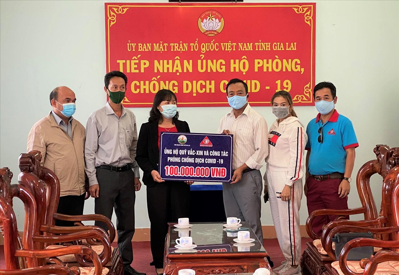 Tổng Giám đốc Phan Thanh Thiên trao tiền ủng hộ đợt 1 Quỹ vắc xin phòng chống Covid của tỉnh