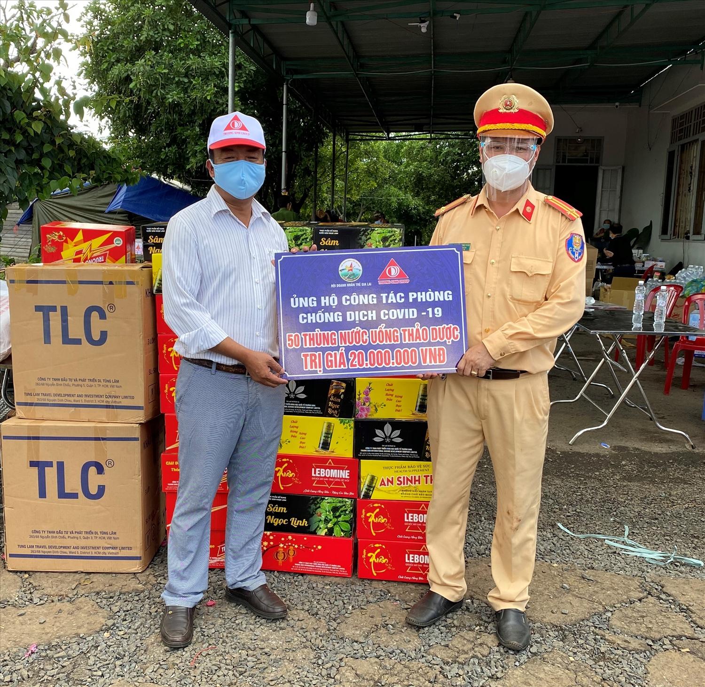 Ông Phan Thanh Thiên trao quà cho các chiến sỹ Công an làm nhiệm vụ tại chốt phòng chống dịch