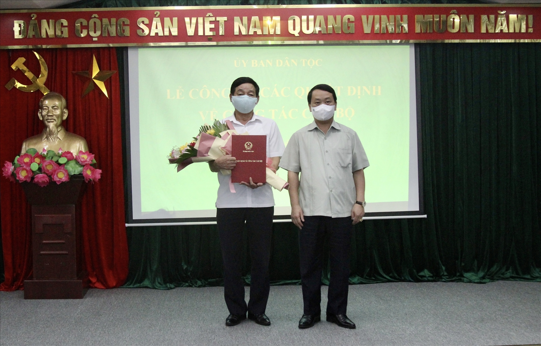 Bộ trưởng, Chủ nhiệm UBDT Hầu A Lềnh trao quyết định nghỉ hưu cho đồng chí Nguyễn Huy Duẩn