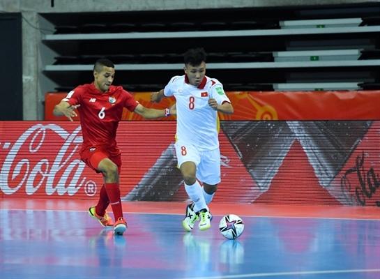 Đội tuyển Futsal Việt Nam (áo trắng) giành chiến thắng nghẹt thở. Ảnh: VFF