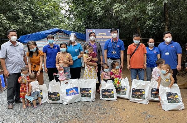 Đại diện Tỉnh đoàn, Hội LHPN tỉnh, Huyện đoàn Long Thành và các đại biểu tặng quà Trung thu cho trẻ em là con công nhân cao su đang làm việc tại nông trường cao su An Viễng