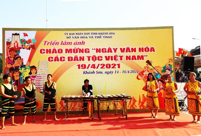 Đồng bào Raglay huyện Khánh Sơn hòa tấu nhạc cụ dân tộc. (Ảnh tư liệu, chụp trước ngày 27/4/2021)
