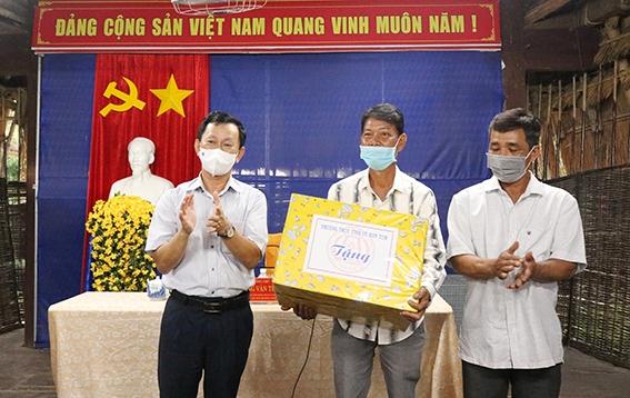 Bí thư Tỉnh ủy Dương Văn Trang tặng quà thôn Kon Klor