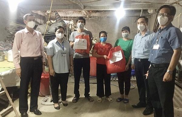 Các lao động tự do khó khăn tại phường Thổ Quan, quận Đống Đa nhận quà hỗ trợ từ Công đoàn NHCSXH