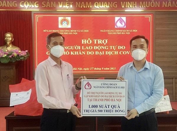 1.000 suất quà được gửi tới các lao động tự do đang gặp khó khăn bởi dịch bệnh tại 10 quận, huyện của TP. Hà Nội