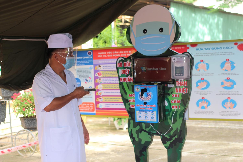 """""""Rô bốt rửa tay sát khuẩn"""" được Thiếu tá Lê Mạnh Hùng trang bị thêm pin năng lượng mặt trời để phục vụ cho công tác phòng chống dịch bệnh khi sử dụng ở ngoài trời"""