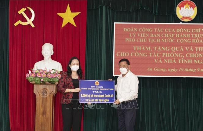 Phó Chủ tịch nước Võ Thị Ánh Xuân trao bảng tượng trưng 5.000 bộ kit test nhanh COVID-19 và 5 căn nhà tình nghĩa cho tỉnh An Giang.