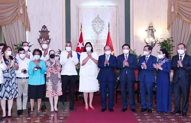 Chủ tịch nước Nguyễn Xuân Phúc với Phó Chủ tịch thứ nhất Viện Cuba hữu nghị với các dân tộc (ICAP) Noemi Rabaza Fernandesz và các đại biểu. (Ảnh: Thống Nhất/TTXVN)