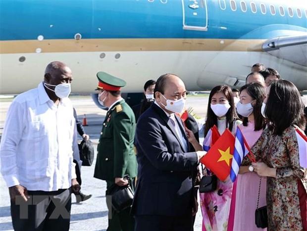 Ủy viên Bộ Chính trị, Phó Chủ tịch nước Salvador Valdes Mesa Cu Ba đón đón Chủ tịch nước Nguyễn Xuân Phúc tại sân bay Quốc tế Jose Marti Habana. (Ảnh: Thống Nhất/TTXVN)