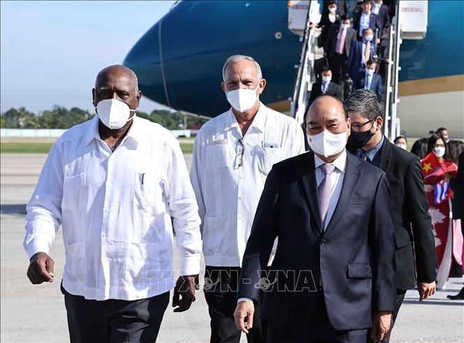 Ủy viên Bộ Chính trị, Phó Chủ tịch nước Cuba Salvador Valdés Mesa đón Chủ tịch nước Nguyễn Xuân Phúc tại sân bay Quốc tế Jose MartiHabana. Ảnh: Thống Nhất/TTXVN