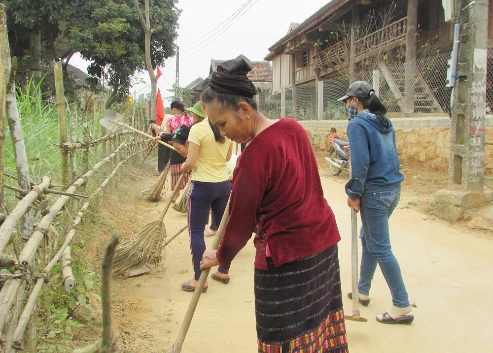 Người dân Làng DLCĐ bản Khe Rạn, xã Bồng Khê (huyện Con Cuông) dọn vệ sinh làng bản