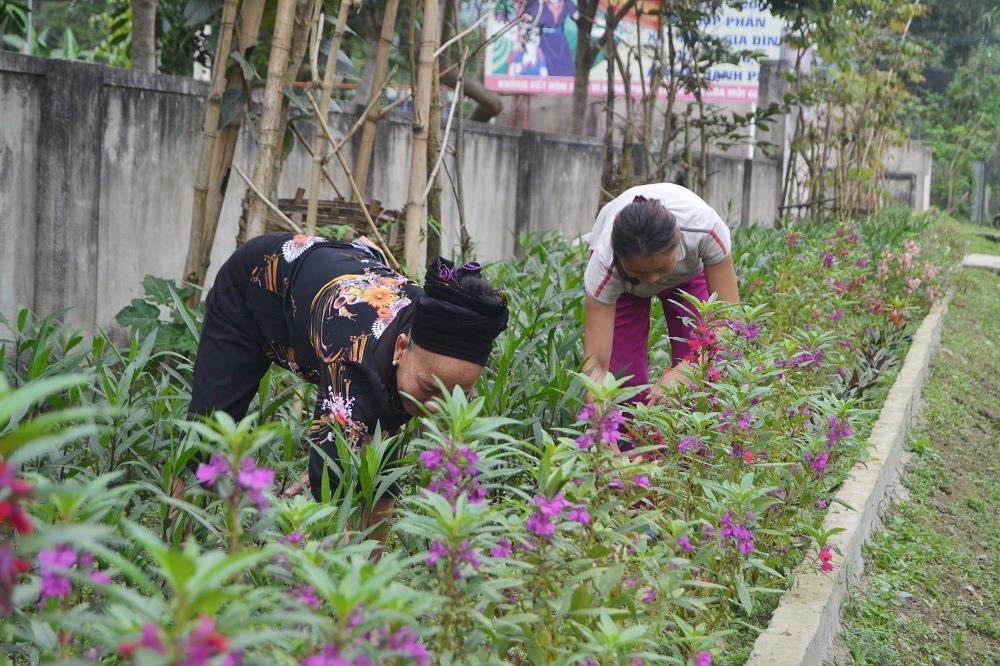 Bà con làng DLCĐ trồng hoa, tạo cảnh quan cho bản làng