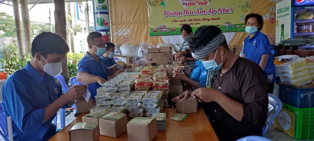 Các tình nguyện viên chuẩn bị các phần quà để gửi đến các em có hoàn cảnh khó khăn trên địa bàn