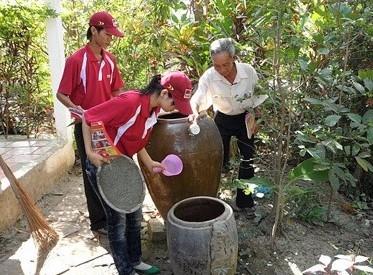 Thường xuyên diệt lăng quăng để phòng chống sốt xuất huyết (Ảnh TL)