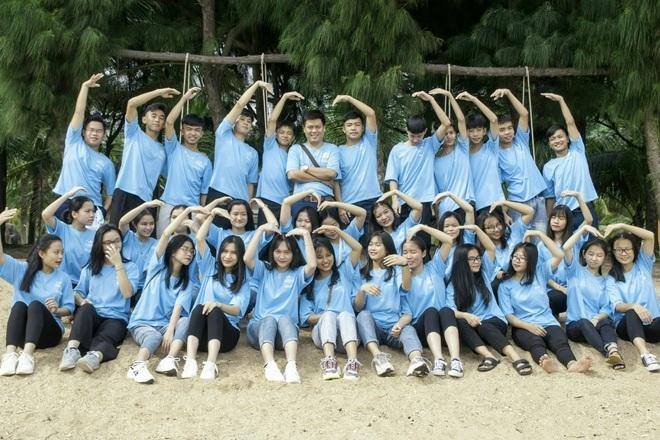 34 học sinh lớp 12 A1, chụp ảnh lưu niệm cùng nhau