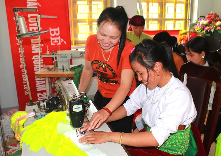 Chị em phụ nữ xã Lũng Táo (huyện Đồng Văn) học nghề may mặc truyền thống