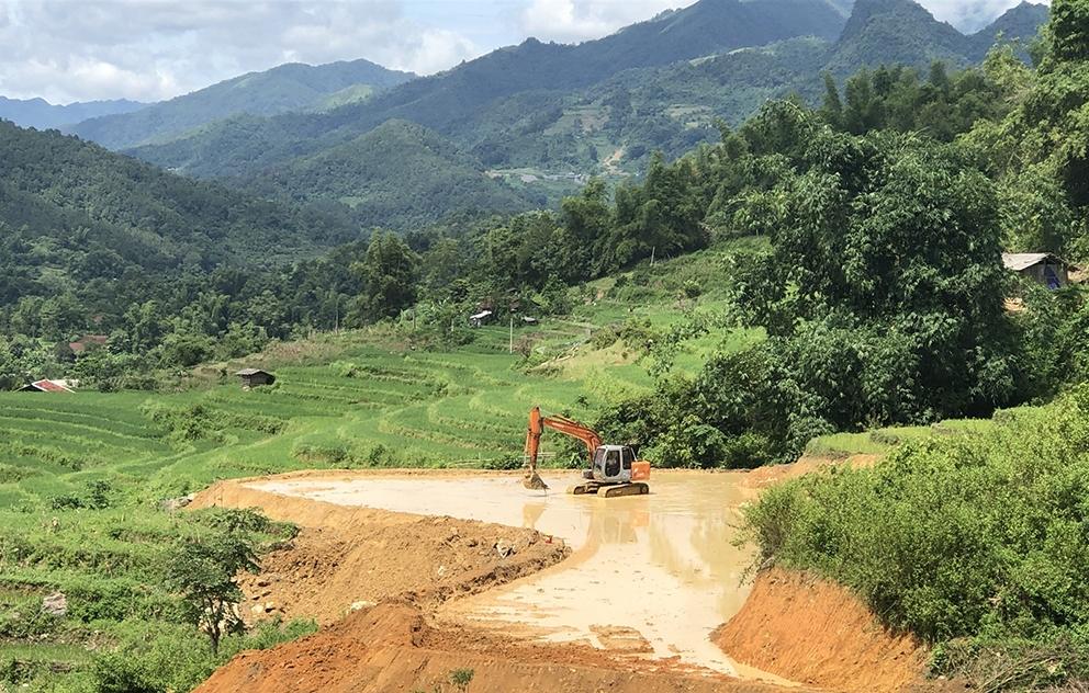 Từ nguồn vốn hỗ trợ của Nhà nước, nhân dân xã Hoa Thám (Nguyên Bình) cải tạo đất đồi làm ruộng bậc thang phục vụ sản xuất