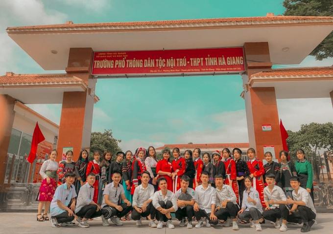 Hạng Mí Ly (hàng trước, thứ tư từ trái sang) trong buổi chụp ảnh kỷ yếu cùng lớp 12A5 tại Trường PTDT Nội trú - THPT tỉnh Hà Giang. (Ảnh: Nhân vật cung cấp)