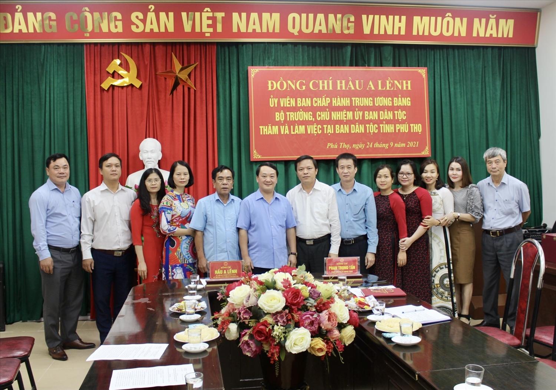 Bộ trưởng, Chủ nhiệm UBDT Hầu A Lềnh chụp ảnh lưu niệm với cán bộ Ban Dân tộc tỉnh Phú Thọ