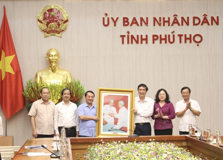 Bộ trưởng, Chủ nhiệm Hầu A Lềnh tặng quà lưu niệm của UBDT cho các đồng chí Lãnh đạo tỉnh Phú Thọ