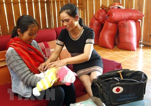 """Mô hình đào tạo """"Cô đỡ thôn bản"""" tại huyện Tu Mơ Rông (Kon Tum) thực hiện chăm sóc bà mẹ và trẻ em toàn diện. (Ảnh: Dương Ngọc/TTXVN)"""