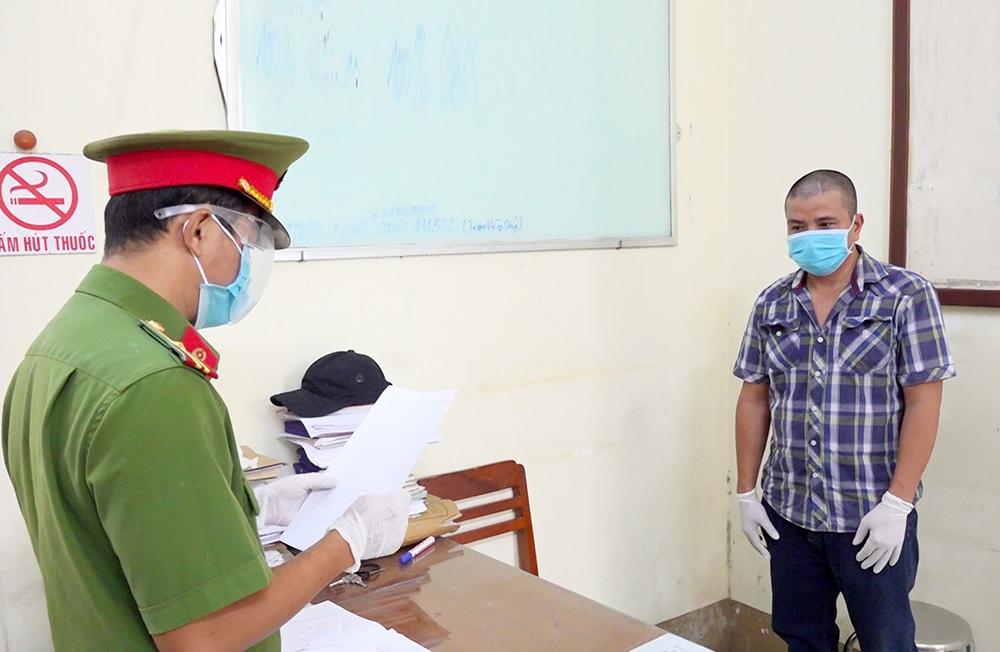 Cơ quan Cảnh sát điều tra Công an TP. Long Xuyên đọc lệnh bắt bị can Nguyễn Ngọc Sơn để tạm giam