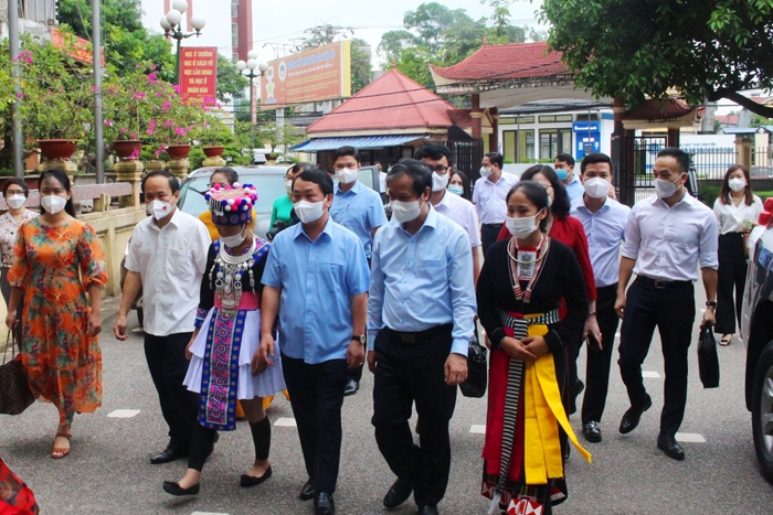 Bộ trưởng, Chủ nhiệm UBDT Hầu A Lềnh và Bộ trưởng Bộ GĐ&ĐT Nguyễn Kim Sơn thăm cơ sở vật chất Nhà trường...