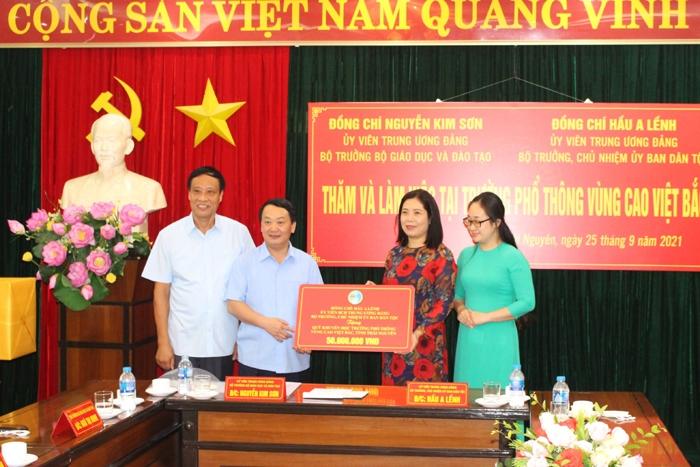 Bộ trưởng, Chủ nhiệm Hầu A Lềnh tặng quà Nhà trường