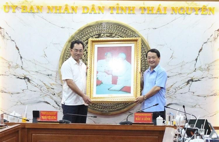 Nhân dịp này, Bộ trưởng, Chủ nhiệm UBDT Hầu A Lềnh đã trao quà lưu niệm của UBDT cho tỉnh Thái Nguyên