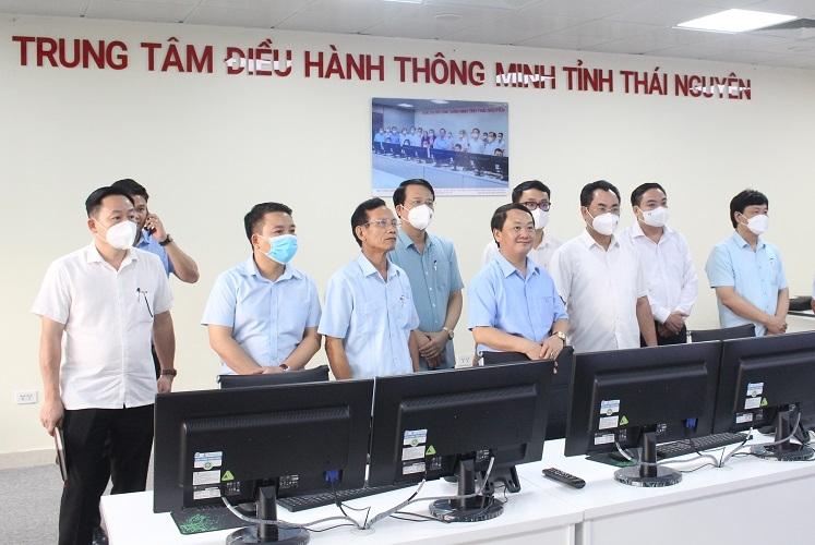Bộ trưởng, Chủ nhiệm UBDT Hầu A Lềnh tham quan Trung tâm điều hành thông minh của tỉnh Thái Nguyên