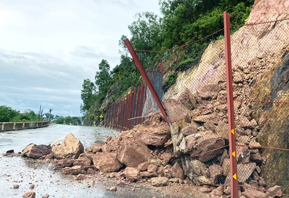 Sạt lở trên Quốc lộ 46 đoạn qua rú Nguộc, huyện Thanh Chương