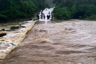 Một số tràn và tuyến đường ở Tân Kỳ bị ngập, nước chảy xiết