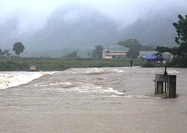 Cầu tràn Khe Mọi từ xã Môn Sơn đi Lục Dạ (Con Cuông) ngập sâu trong nước