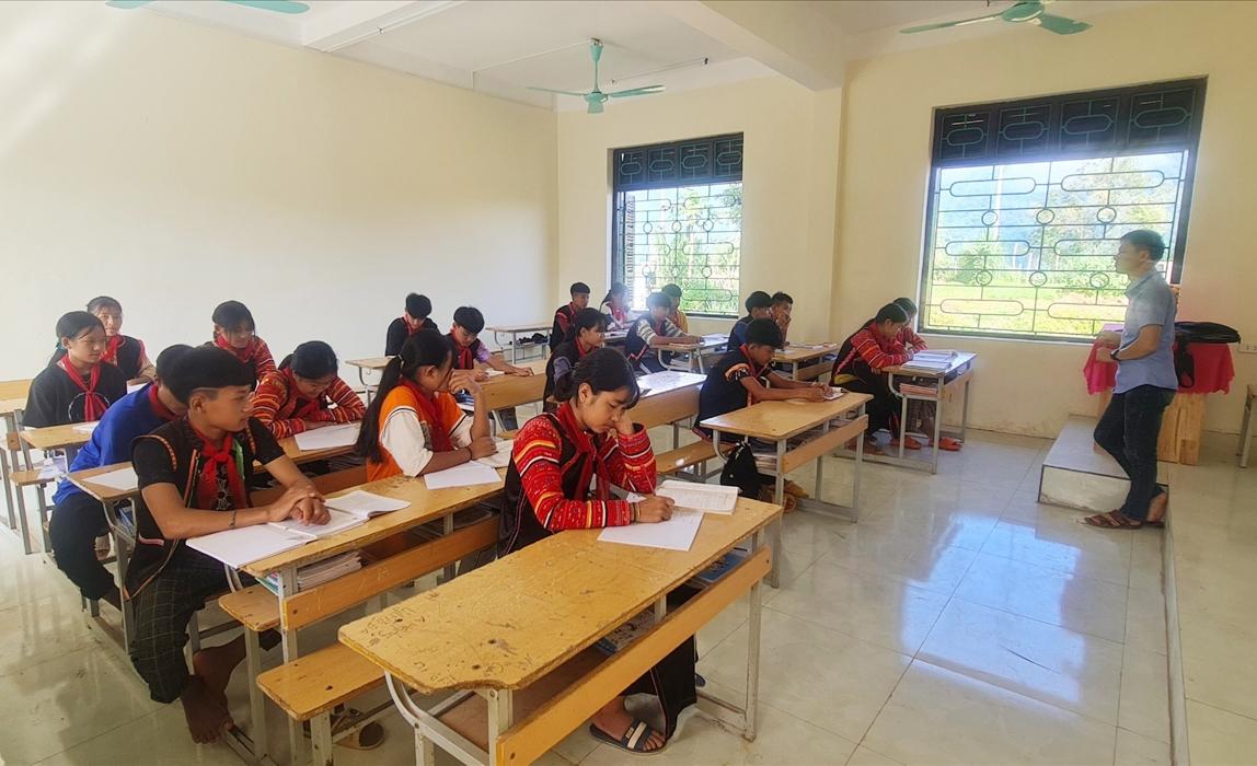 Để bảo đảm chất lượng dạy và học, tỉnh Lai Châu cần sớm có những chính sách đặc thù đối với học sinh các xã NTM còn gặp nhiều khó khăn