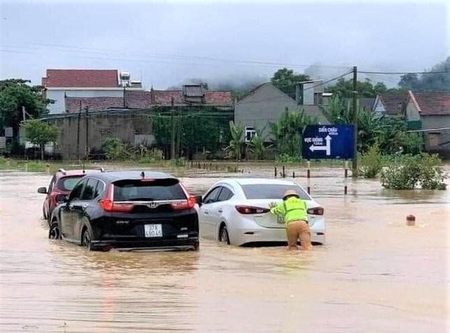 Quốc lộ 48A đoạn qua thị xã Thái Hòa ngập sâu khiến giao thông bị chia cắt