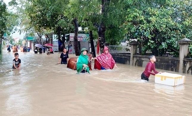 Công an huyện Quỳnh Lưu di dời vật nuôi cho người dân