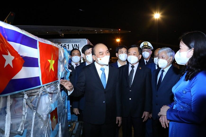 Chủ tịch nước Nguyễn Xuân Phúc giới thiệu với các đại biểu lô hàng 1,05 triệu liều vaccine Abdala của Cuba chuyển về Việt Nam theo chuyên cơ của Chủ tịch nước. Ảnh: TTXVN