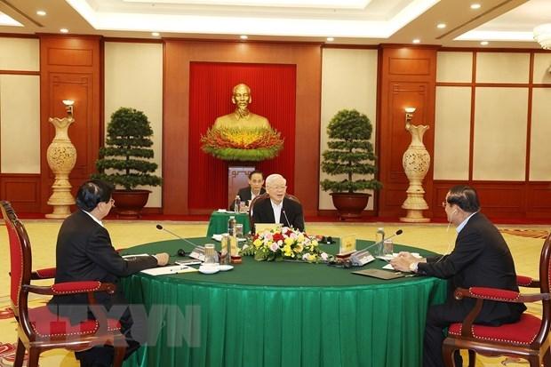 Tổng Bí thư Nguyễn Phú Trọng, Tổng Bí thư Đảng Nhân dân Cách mạng Lào Thongloun Sisoulith và Chủ tịch Đảng Nhân dân Campuchia Hun Sen tại cuộc gặp. (Ảnh: Trí Dũng/TTXVN)