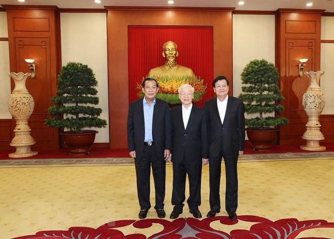 Tổng Bí thư Nguyễn Phú Trọng, Tổng Bí thư Đảng Nhân dân Cách mạng Lào Thongloun Sisoulith và Chủ tịch Đảng Nhân dân Campuchia Hun Sen chụp ảnh chung (Ảnh: TTXVN)