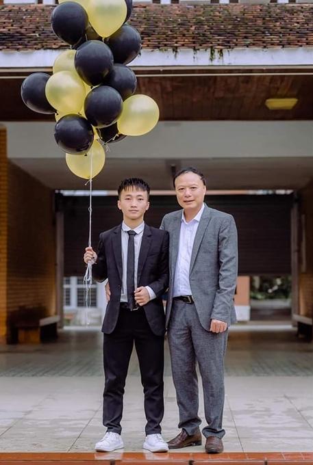 Xồng Bá Hùa cùng thầy giáo Nguyễn Tấn Hùng trong ngày tổng kết năm học. (Ảnh nhân vật cung cấp)