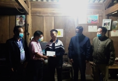 Lãnh đạo xã Mường Lống đến nhà tặng quà chúc mừng Xồng Bá Hùa